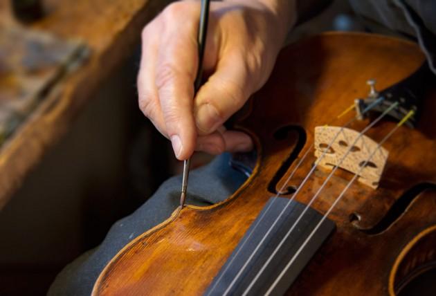 Atelier de luthier – restauration vernis